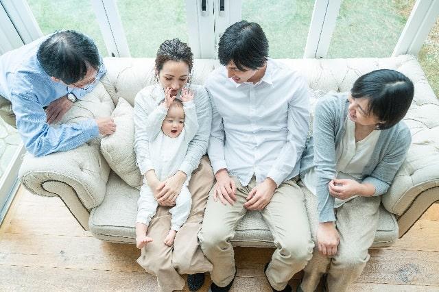 ソファに集まる家族5人