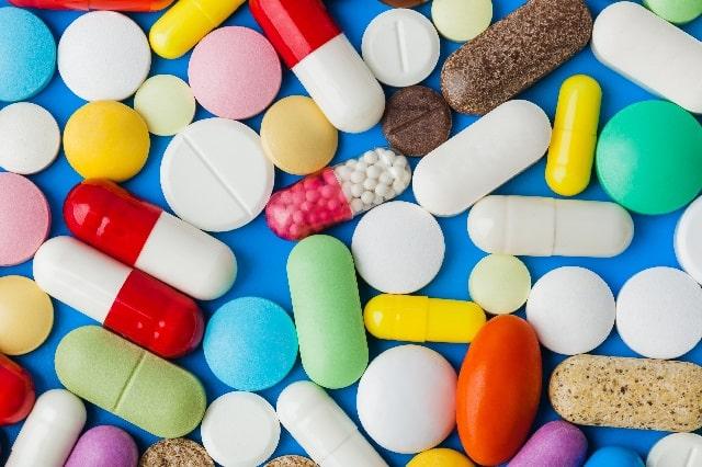 赤や白水色オレンジ黄色緑などのたくさんの薬