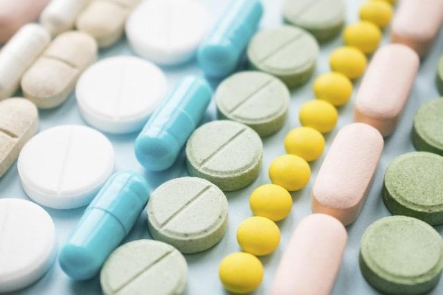 黄色や緑ピンク水色白肌色の薬