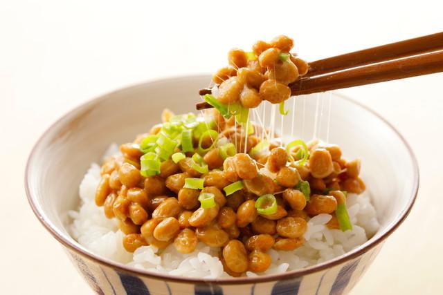 納豆とご飯と箸