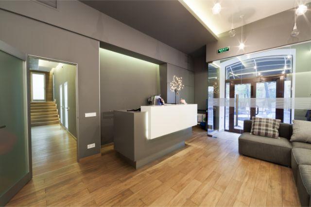 カウンターとソファと廊下と階段のある広い部屋