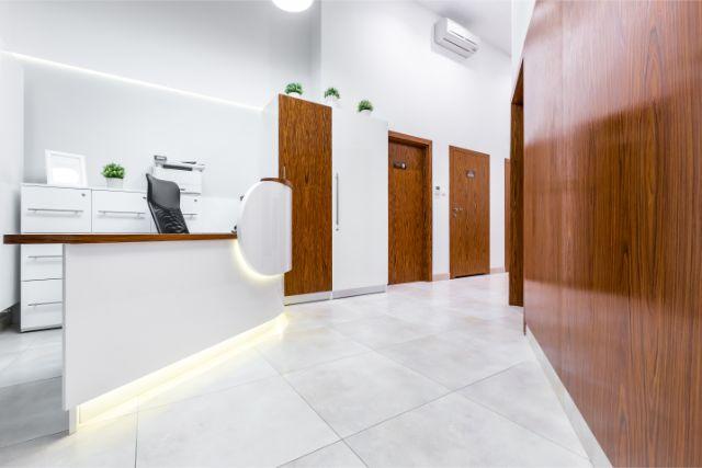 カウンターと茶色いドアがいくつかある廊下