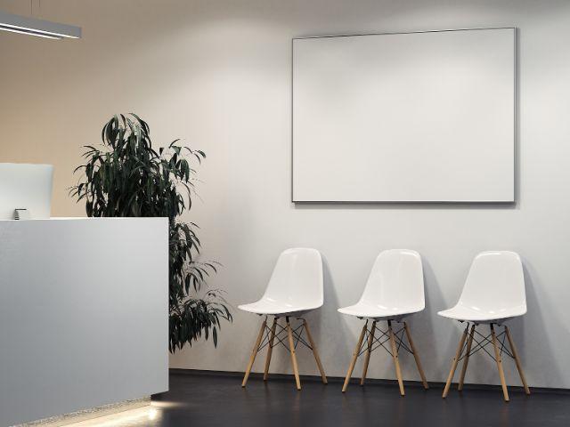 パソコンがあるカウンターと白い椅子が3つある部屋
