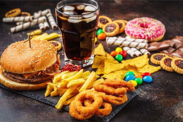 ハンバーガーとコーラとドーナッツとポテトとチョコとマーブル