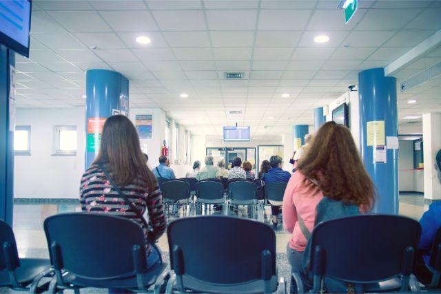 椅子に座っているふたりの女性の後ろ姿