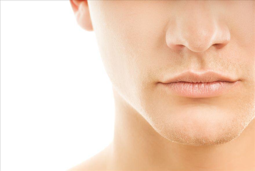 きれいに髭を剃っていいる男性の鼻からあごまで