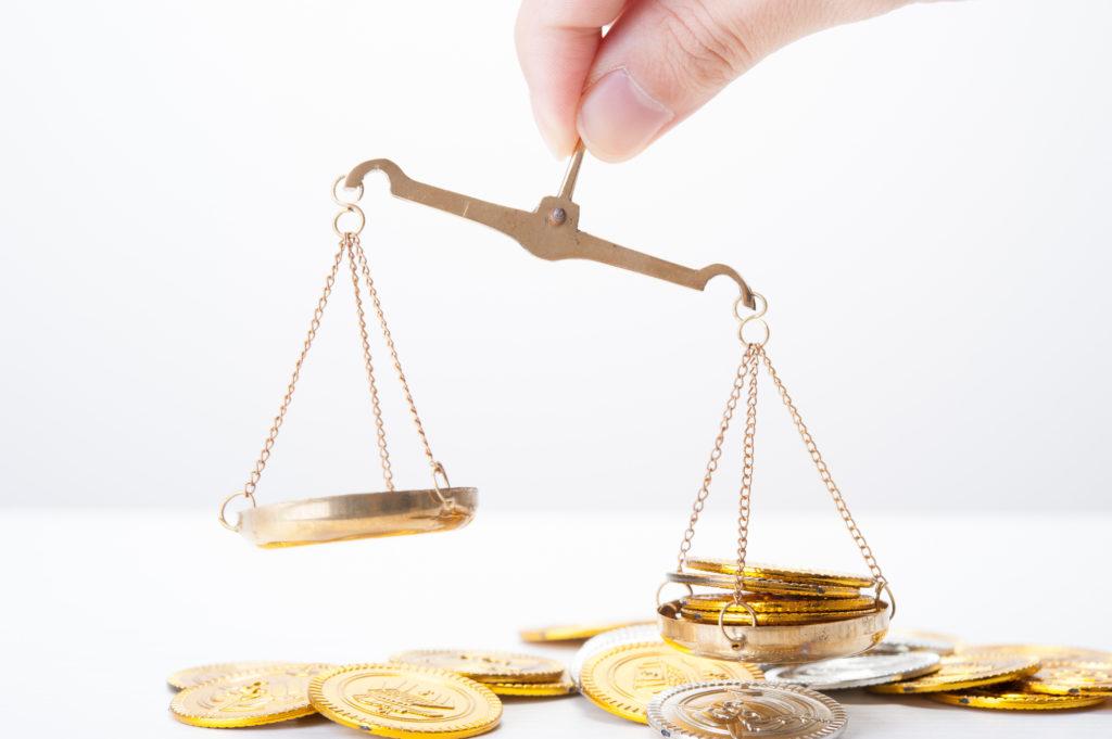 お金・金貨を天秤にかける