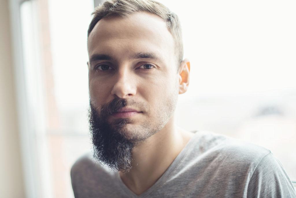 顎のヒゲが半分剃っている男性