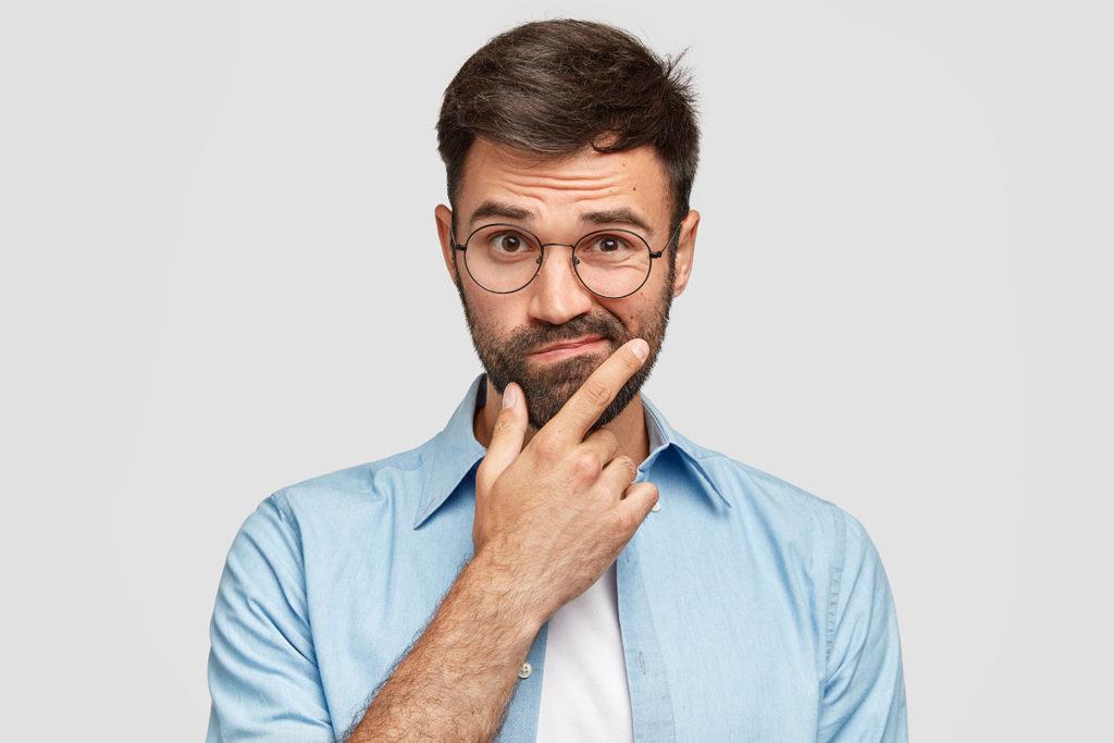 全身脱毛のデメリットに顔を歪ませる男性