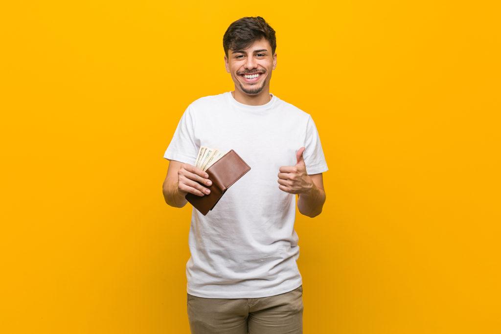 お財布とお札を持ちながらグッドサインする男性