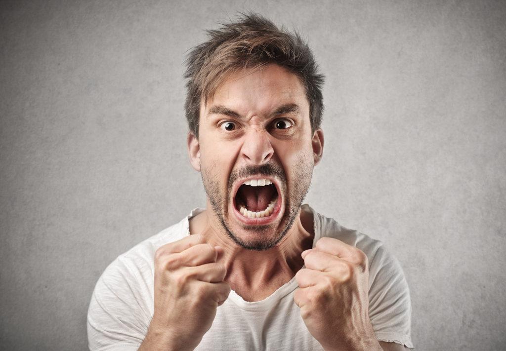 怒りの表情の男性