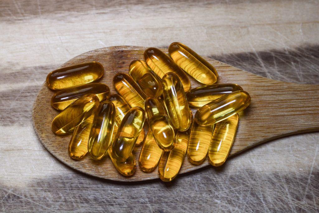 たくさんの黄色い薬と木のスプーン