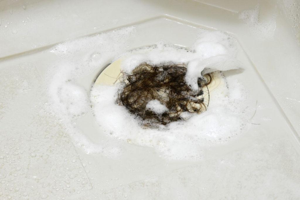 お風呂場の排水溝に溜まった泡と髪の毛