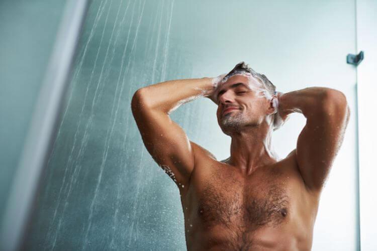 髪の毛を洗う男性