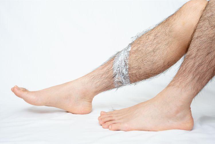 セルフ脱毛をする男性の足
