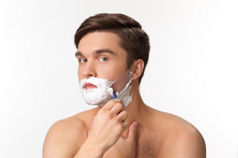 自分で髭剃りをする男性