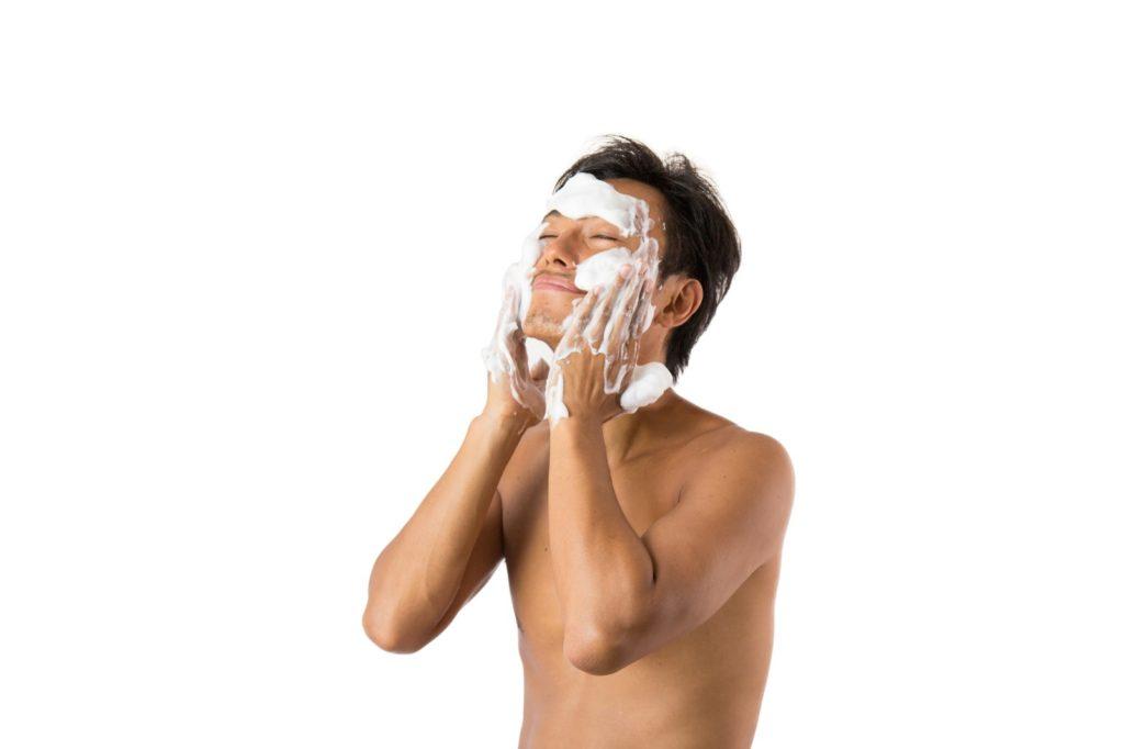 泡洗顔をする男性