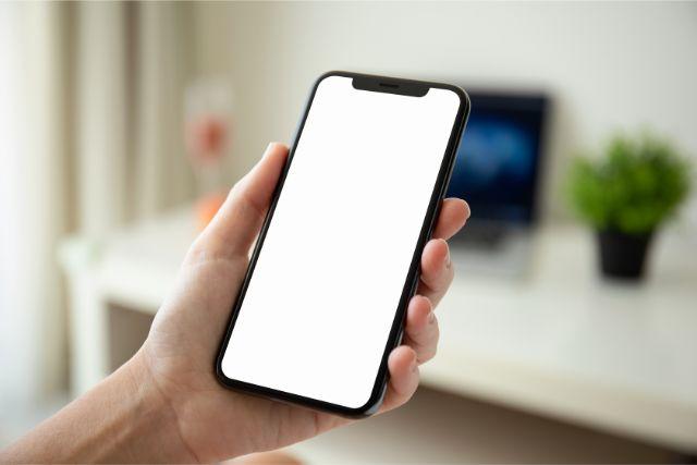 白い画面のスマートフォン