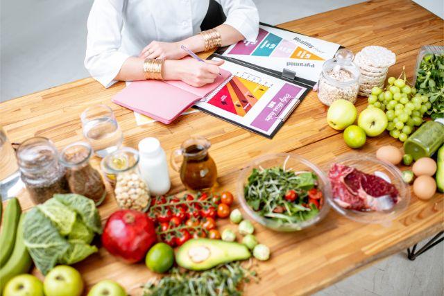 テーブルの上にたくさん並んでいる野菜やフルーツ