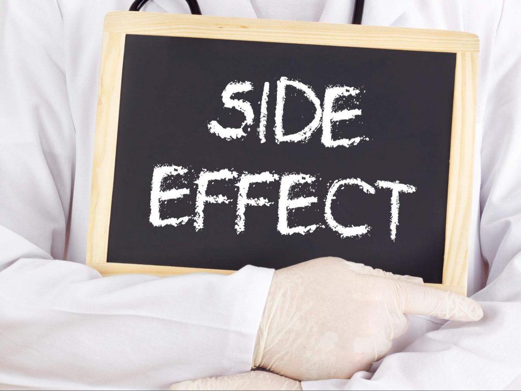 SIDE EFFECTと書いてる黒板を持つ医師