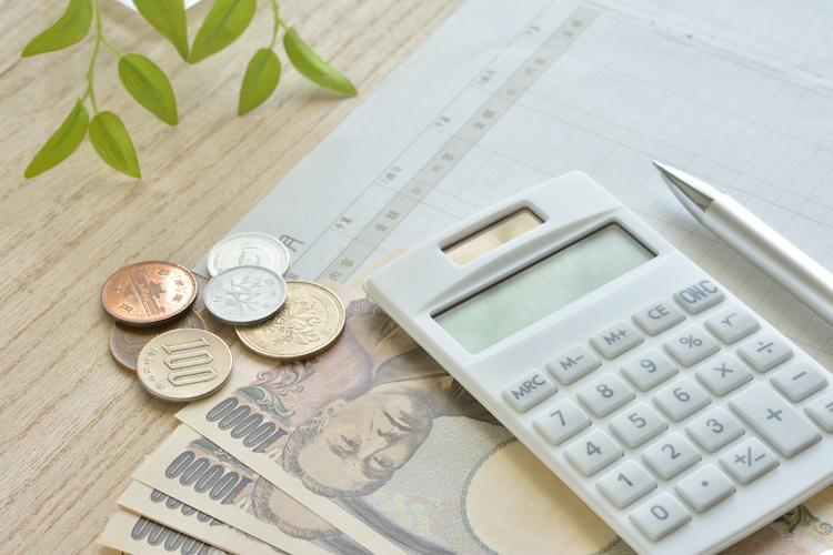 一万円札と小銭と電卓と家計簿