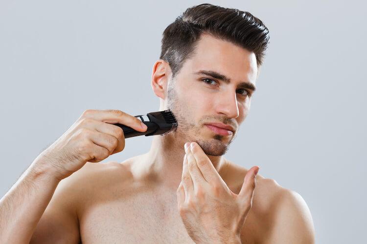 ヒゲ剃りをしている男性