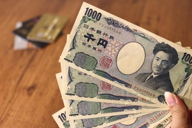 4枚の1000円札と2枚のクレジットカード