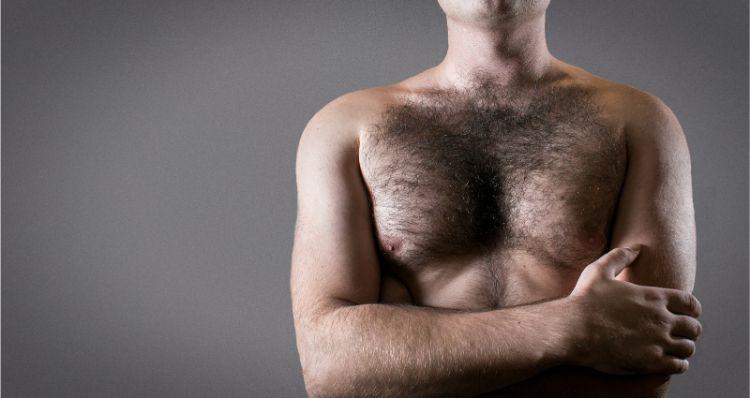 胸毛の濃い男性