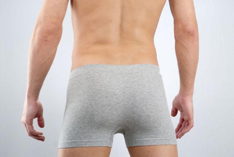 パンツ一丁で立つ男性の後ろ姿
