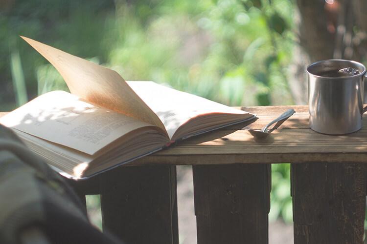 森林の中で本を読んでいる様子