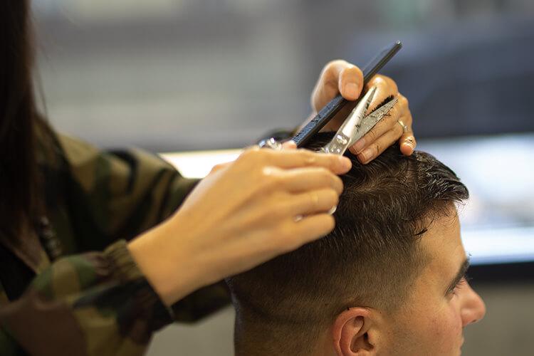 散髪している男性