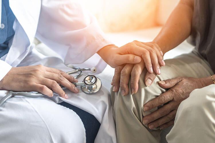 医師手を取り合う男性患者