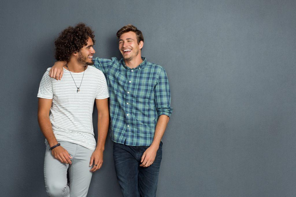 友達と笑っている男性