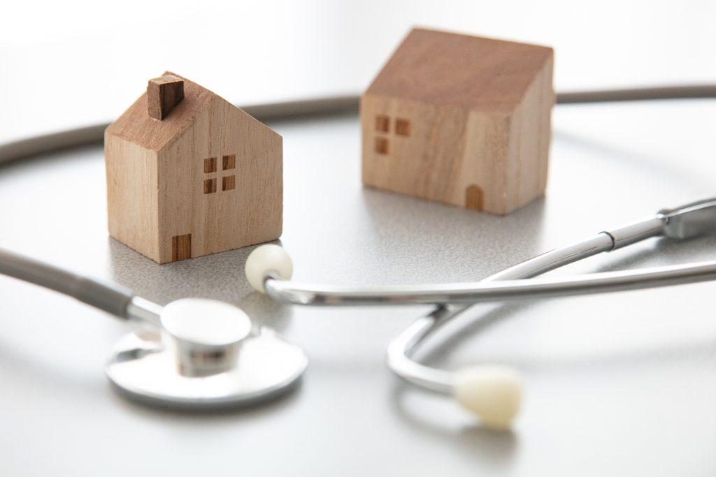 聴診器と住居の積み木