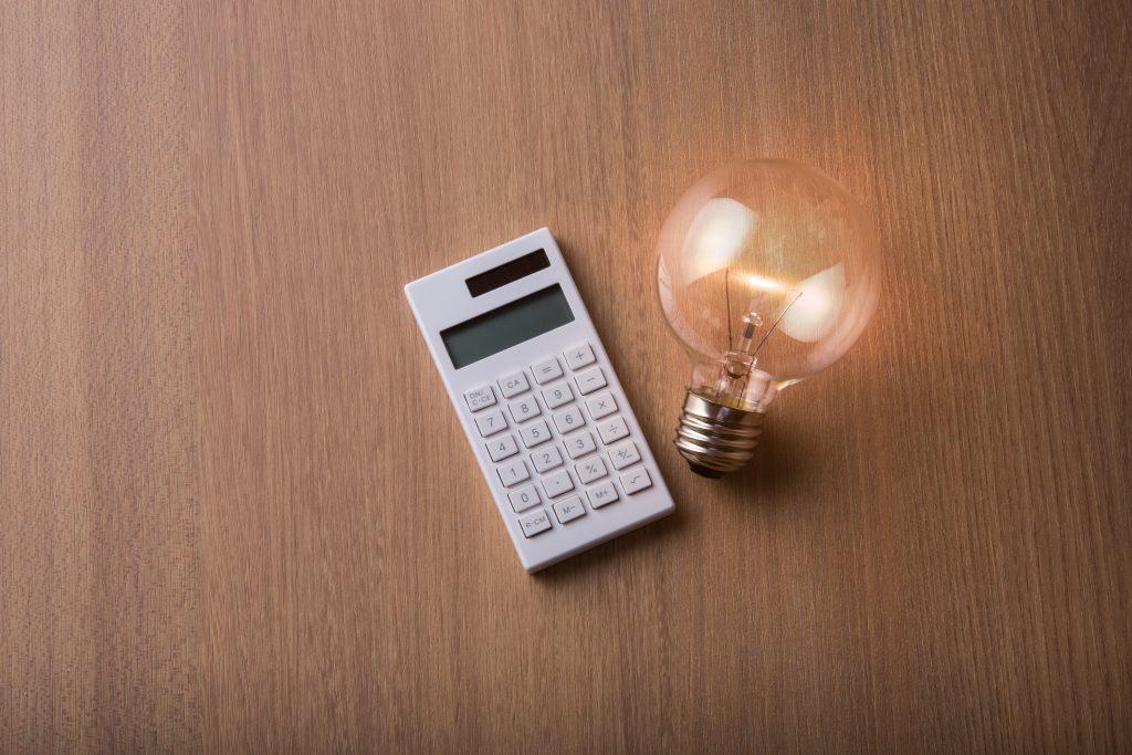 白い計算機と電球