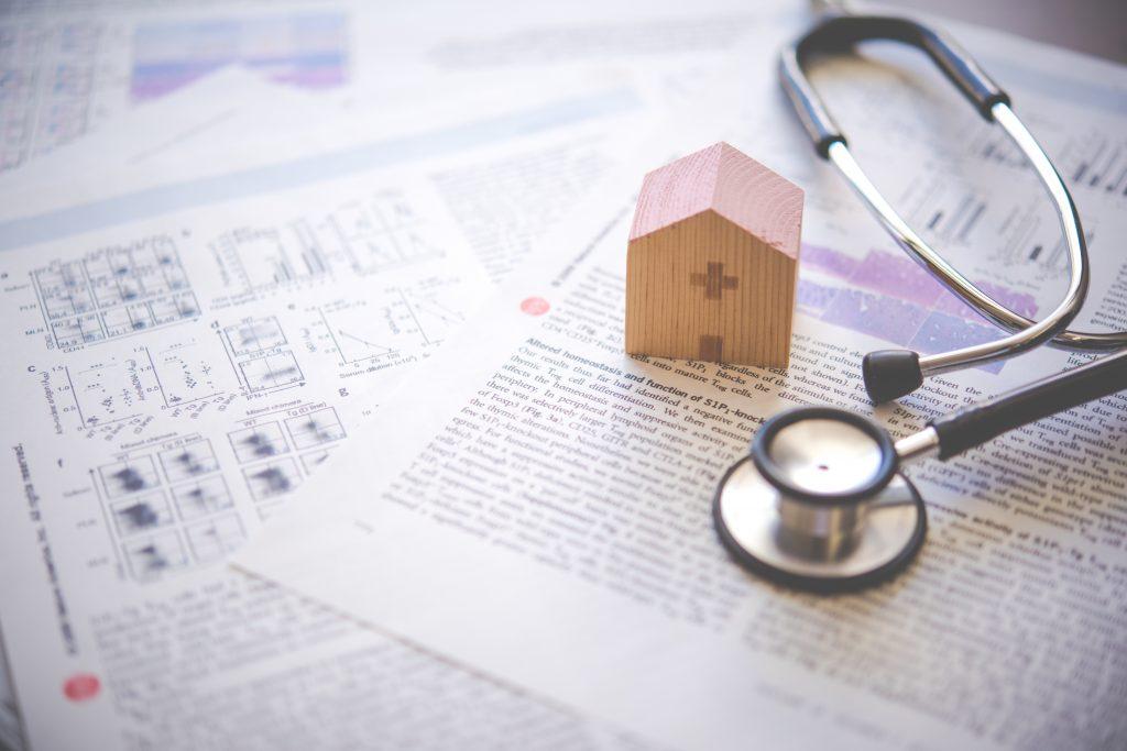 聴診器と資料と病院の積み木