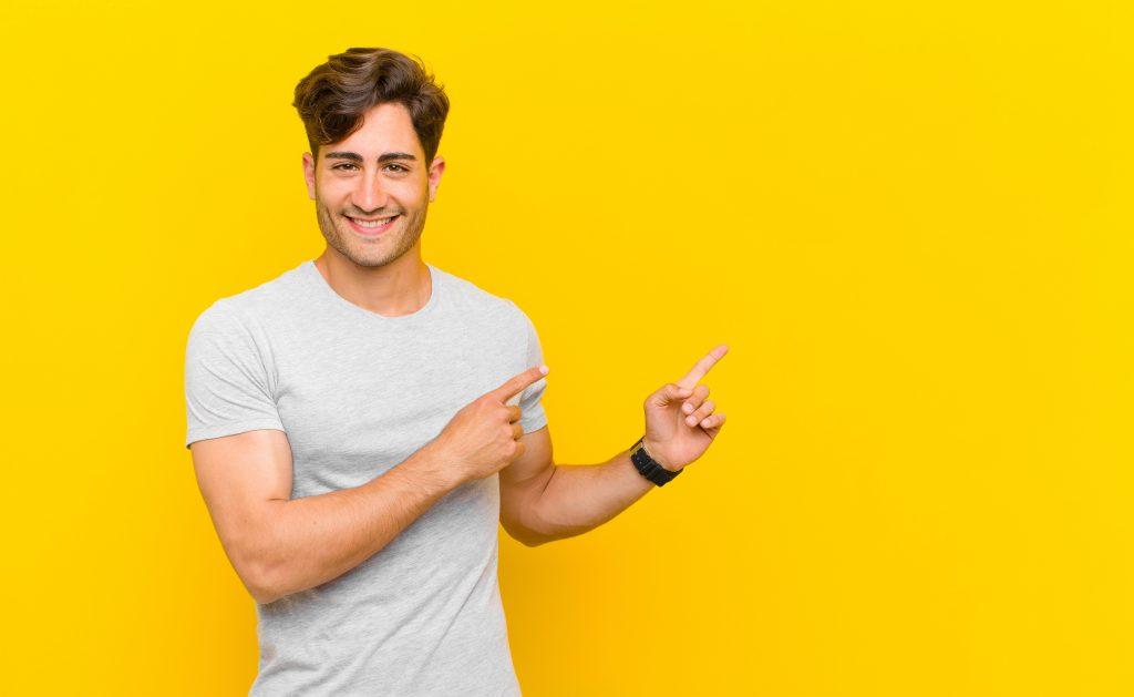 男性が指をさしている