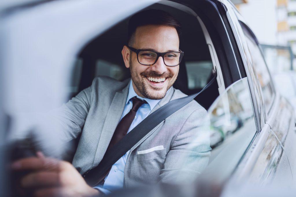 車から笑顔を見せる男性