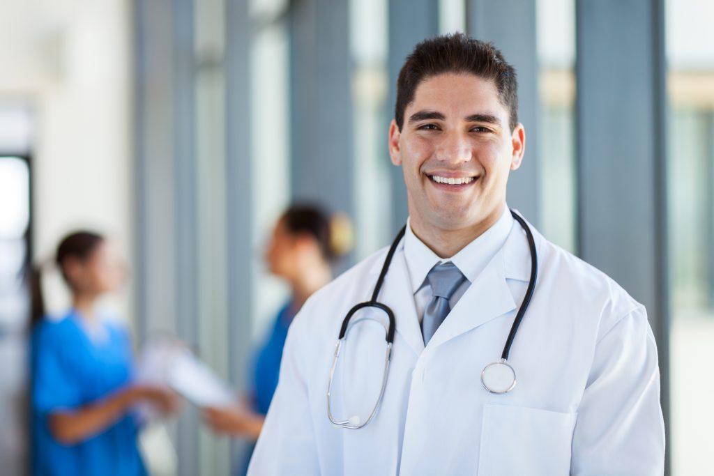 男性医師が微笑んでいる