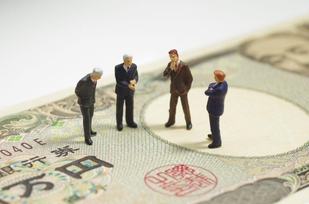 お金と人形の写真