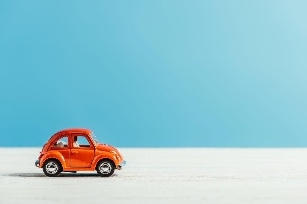 小さい赤い車