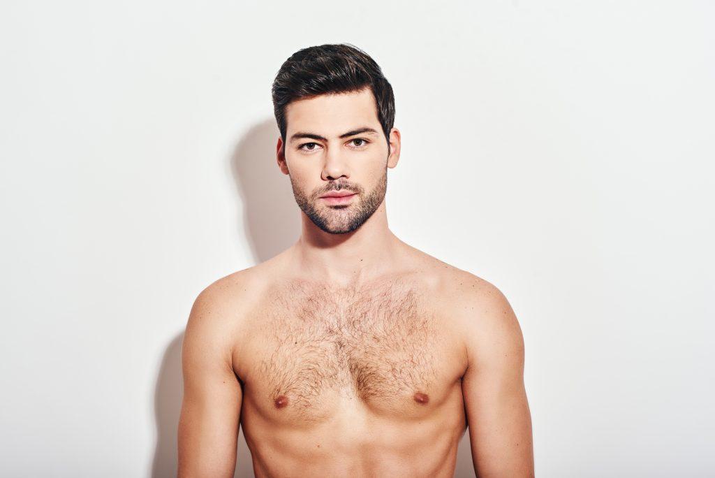 胸毛の生えた男性