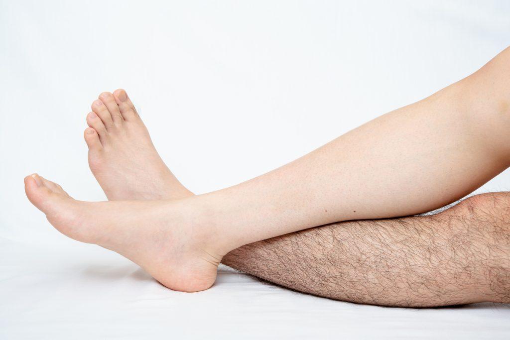 片方に毛がはえた男性の足