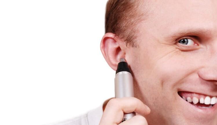 耳毛カッターをしている男性
