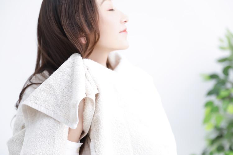 髪をふく女性