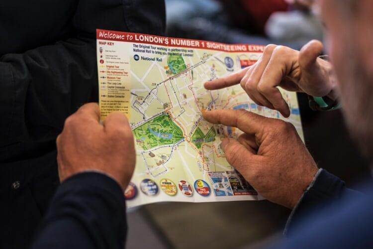 地図を広げる