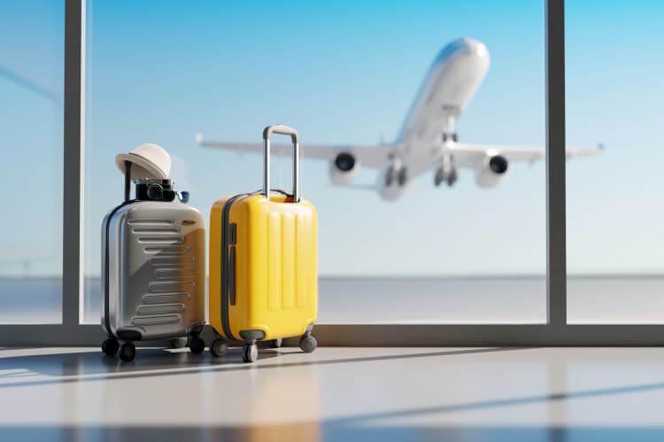 飛行場に荷物と飛行機