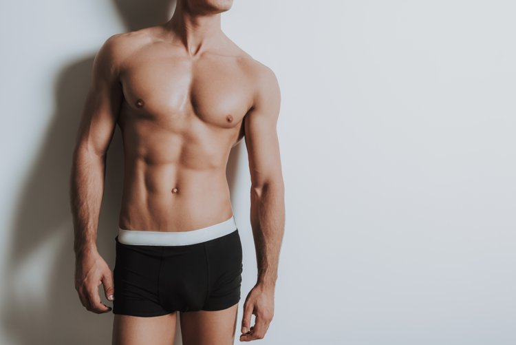 筋肉を披露する男性モデル