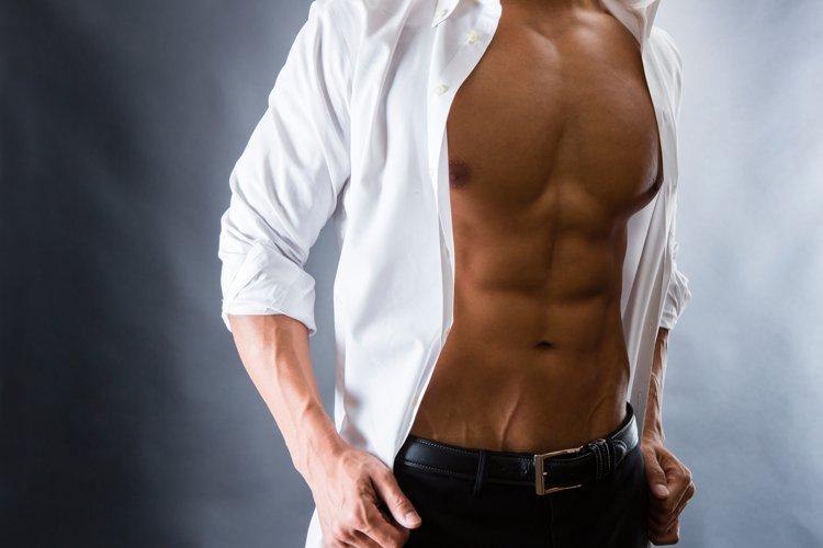 肉体美を披露する男性