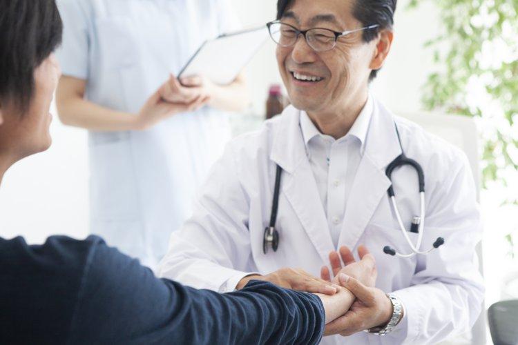 丁寧に診察する医師